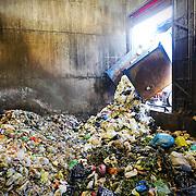 rifiuti organici scaricati in un impianto di compostaggio