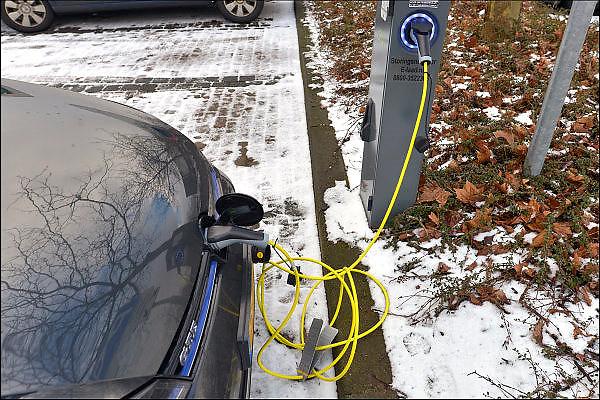 Nederland, Oss, 5-2-2015 De eigenaar van een elektrisch aangedreven auto, volkswagen, laadt zijn voertuig, een opel ampera, op bij een laadpaal van ecotap. Het is winter en in de kou presteren de oplaadbare accus beduidend minder als wordt voorgehouden door de fabrikant. FOTO: FLIP FRANSSEN/ HOLLANDSE HOOGTE