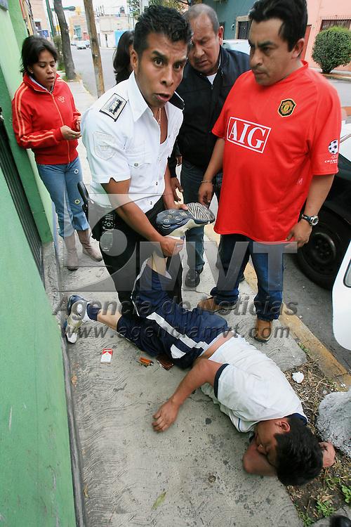 Toluca, Mex.- Un sujeto en estado de ebriedad que escandalizaba en la avenida Gomez Farias del Toluca, es sometido por agentes de la policia municipal que fueron amenazados por cumplir con su deber. Agencia MVT / Mario Vazquez de la Torre. (DIGITAL)<br /> <br /> <br /> <br /> <br /> <br /> <br /> <br /> NO ARCHIVAR - NO ARCHIVE