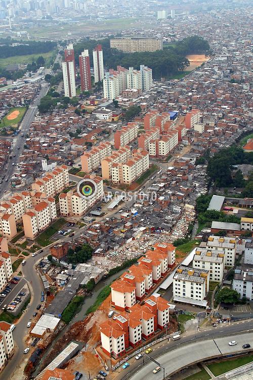 Sao Paulo,SP,Brasil. 19/03/2004.Favela de Heliopolis, zona sul da cidade. Conurbacao metropolitana. A direita do corrego, Sao Paulo; a esquerda, Sao Caetano do Sul..Foto Marcos Issa/Argosfoto