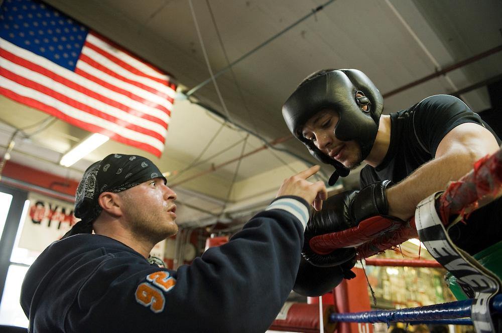 Gleason's Gym, Dumbo, Brooklyn, New York.Eric Eddie Hernandez (32) NYPD gibt Ratschlaege an juengeren Boxer...