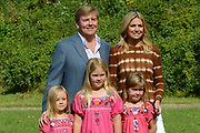 Koninklijke fotosessie 2012 in Wassenaar.<br /> <br /> Op de foto:  Prins Willem-Alexander en prinses M&aacute;xima met hun dochters Ariane , Amalia en Alexia