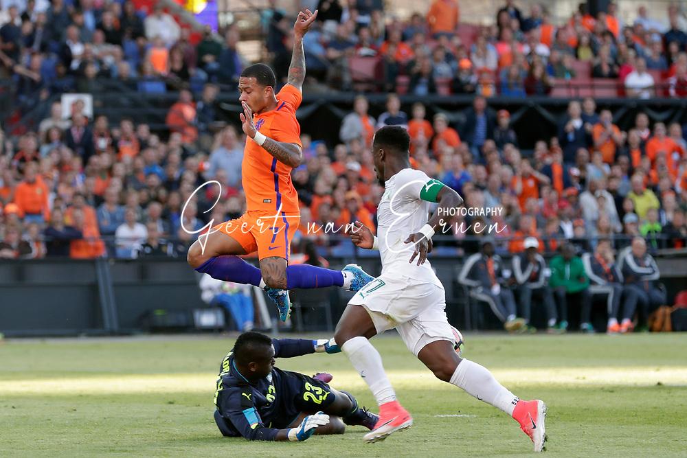 04-06-2017 VOETBAL:NEDERLAND-IVOORKUST:ROTTERDAM<br /> Oranje oefende tegen Ivoorkust vanavond in De Kuip<br /> <br /> Badra Sangare doelman van Ivoorkust pakt de bal weg voordat Memphis Depay van Oranje (Olympic Lyon) gevaarlijk kan worden en Serge Aurier van Ivoorkust <br /> <br /> Foto: Geert van Erven