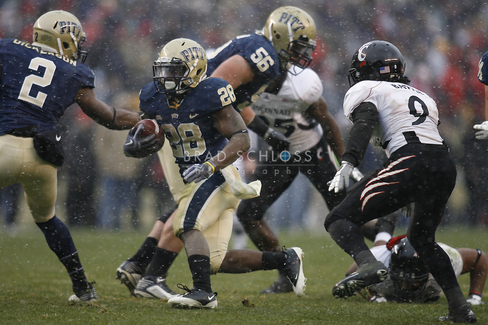 05 DEC 2009: Pittsburgh running back Dion Lewis rushed a record 47 times for 194 yards and 3 touchdowns during the Panthers devastating 45-44 loss to the Cincinnati Bearcats today in the Big East Championship at Heinz Field in Pittsburgh, PA.  The win completes a 12-0 undefeated season for Cincinnati and their second consecutive Big East Championship..
