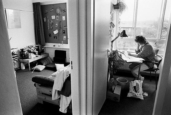 Nederland, Nijmegen, 16-5-1987Een studente, vrouw, zit aan haar bureau in de studentenflat waar zij een woont. De kamer, is door de sshn gerenoveerd en vergroot naar een aparte woonkamer en slaapkamer. Er is nog geen computer.Foto: Flip Franssen/Hollandse Hoogte
