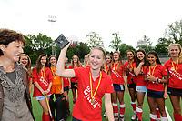 hockey, seizoen 2010-2011, 10-06-2011, amstelveen, Finale Nationale Shell Schoolhockeycompetitie 2011, Meisjes Jong Willem de Zwijger College Bussum - SG WereDi Valkenswaard 2-0, winnaar Willem de Zwijger College, aanvoerder Carlijn van Bommel met de beker