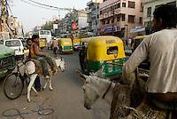 Street scene dans Pahar Ganj main bazar, New Delhi, India.<br /> <br /> Scene de rue dans le bazar de Pahar Ganj a New Delhi, Inde.