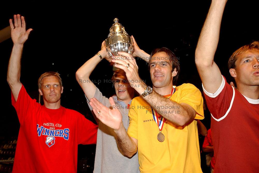02-06-2003 NED: Huldiging bekerwinnaar FC Utrecht, Utrecht<br /> De spelers en de technische staf kregen een rondrit door de stad in een open Engelse dubbeldekker. Om 20.30 uur keert de stoet terug in Galgenwaard en zal in het stadion de offici&euml;le huldiging plaatsvinden / Foeke Booij, Dave van den Bergh, Igor Gluscevic