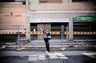 L'AQUILA. UN PASSANTE SI FERMA A GUARDARE I DANNI PROVOCATI DAL SISMA ALLE ABITAZIONI NEL CENTRO STORICO DE L'AQUILA