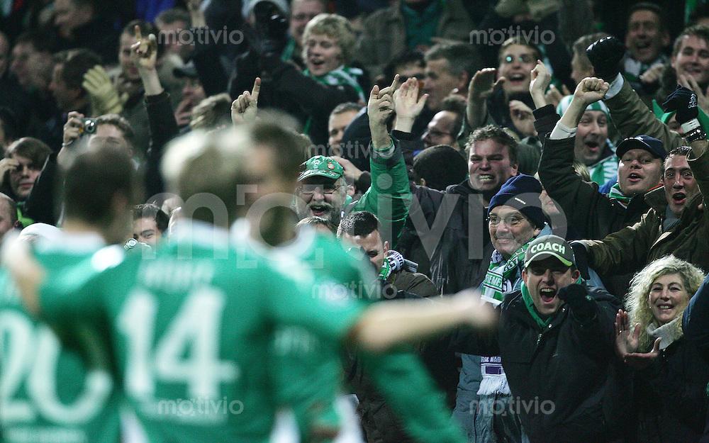 28.11.07 UEFA Champions League 2007/08 Gruppenphase SV Werder Bremen - Real Madrid Bremer Fans jubeln nach dem 1:0 durch Rosenberg.