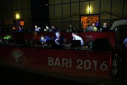 17-06-2016 ITA: World Grand Prix Italie - Thailand, Bari<br /> Bij de stand 16-15 in de tweede set was er een stroom storing in de hal. De speelsters gingen spelletjes met elkaar en het publiek doen. Na ruim een uur wachten was het licht nog steeds niet aan waardoor de wedstrijd gestaakt werd <br /> <br /> ***NETHERLANDS ONLY***