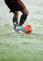 FUSSBALL   EUROPA LEAGUE   SAISON 2010/2011  GRUPPE B  Bayer 04 Leverkusen - Atletico Madrid                16.12.2010 Fussball Allgemein, Roter Ball auf schneebedeckten Rasen