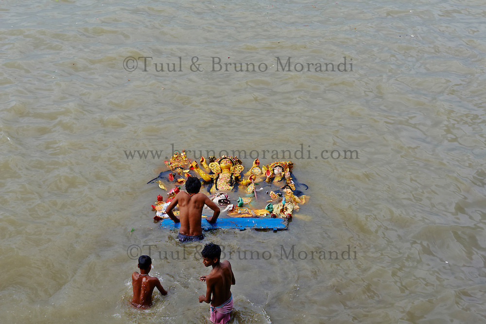 Inde, Bengale-Occidental, Kolkata, a la fin de la fete de Durga Puja les effigies sont jeter dans la riviere Hooghly // India, West Bengal, Kolkata, Calcutta, at the end of Durga Puja the idols are thrown out to the Hooghly river