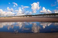 Europa, Niederlande, Zeeland, Strandhuetten am Strand bei Domburg auf Walcheren, Priel.<br /> <br /> Europe, Netherlands, Zeeland, beach cabins at the beach in Domburg on the peninsula Walcheren, tidal flat channel.