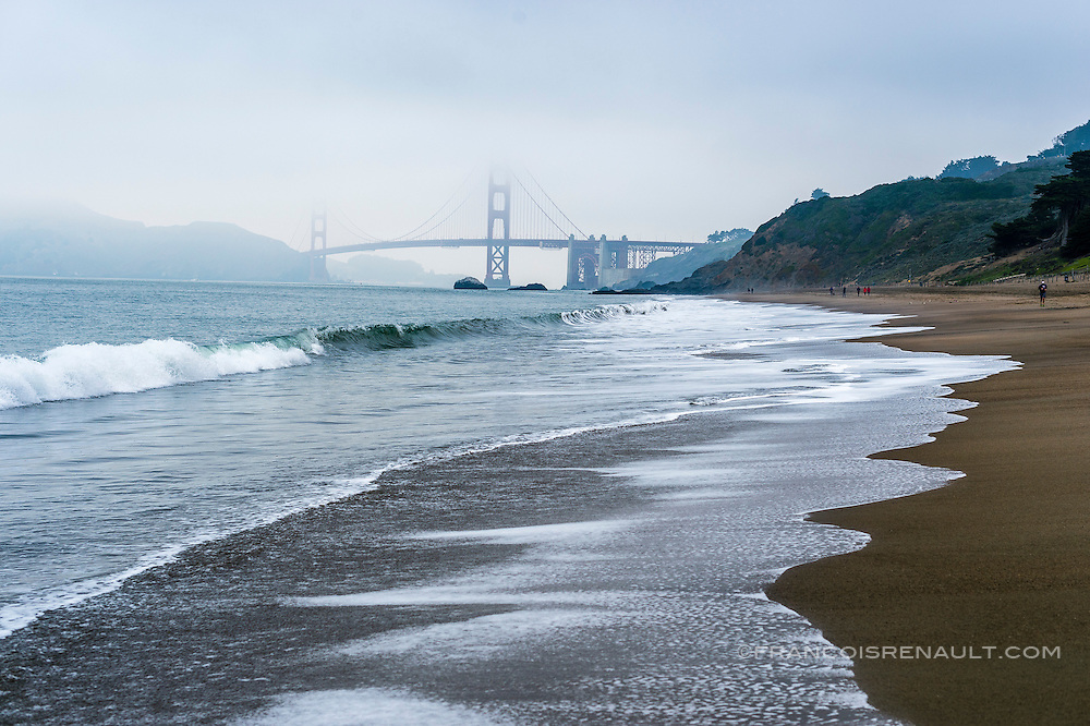 Baker Beach, San Francisco, Californie, USA avec le Goden Gate Bridge dans le brouillard / Baker Beach, San Francisco, California, USA with Goden Gate Bridge in the fog.