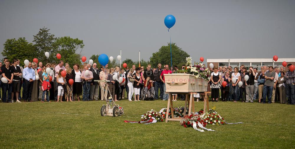 Garmerwolde, 31/5/2008. Begrafenis ceremonie voor terreinmeester Albert Zwerver. De ceremonie liep van de middenstip via het doel naar de begraafplaats. foto: Pepijn van den Broeke. kilometers: 21