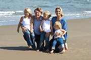 Prins Willem Alexander en prinses Maxima poseren maandag met hun kinderen prinses Amalia, prinses Alexia en prinses Ariane op het strand bij het natuurgebied Meijendel in Wassenaar. /// Prince Willem Alexander and Princess Maxima pose Monday with their children Princess Amalia, Princess Alexia and Princess Ariane on the beach at the Park Meijendel in Wassenaar.