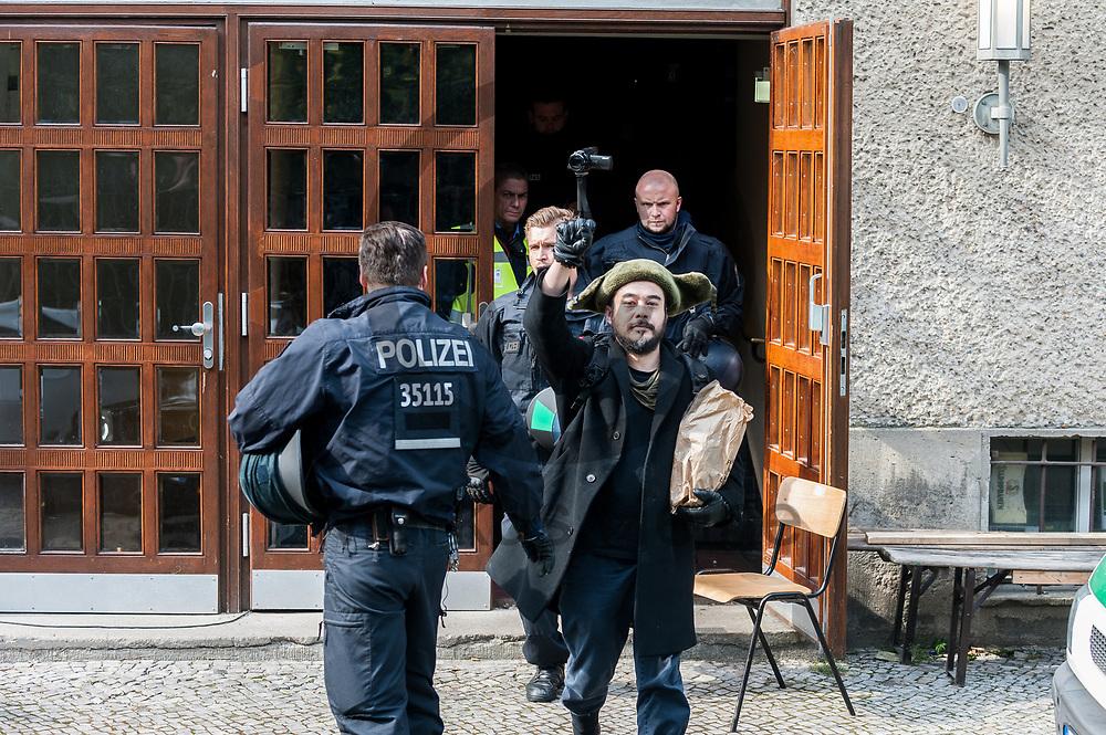 Deutschland, Berlin - 28.09.2017<br /> <br /> Ein Aktivist wird von Polizisten aus dem Seiteneingang des Theaters gebracht. Das Theater wurde nach der Besetzung der K&uuml;nstler durch die Polizei ger&auml;umt. Nachdem der Intendant gegen die restlichen verbliebenen Besetzer Anzeige erstattet hat begann die Polizei diese nach der Erkennungsdienstlichen Behandlung aus dem Theater heraus zu geleiten. <br /> <br />  Foto: Markus Heine<br /> <br /> ------------------------------<br /> <br /> Ver&ouml;ffentlichung nur mit Fotografennennung, sowie gegen Honorar und Belegexemplar.<br /> <br /> Bankverbindung:<br /> IBAN: DE65660908000004437497<br /> BIC CODE: GENODE61BBB<br /> Badische Beamten Bank Karlsruhe<br /> <br /> USt-IdNr: DE291853306<br /> <br /> Please note:<br /> All rights reserved! Don't publish without copyright!<br /> <br /> Stand: 09.2017<br /> <br /> ------------------------------