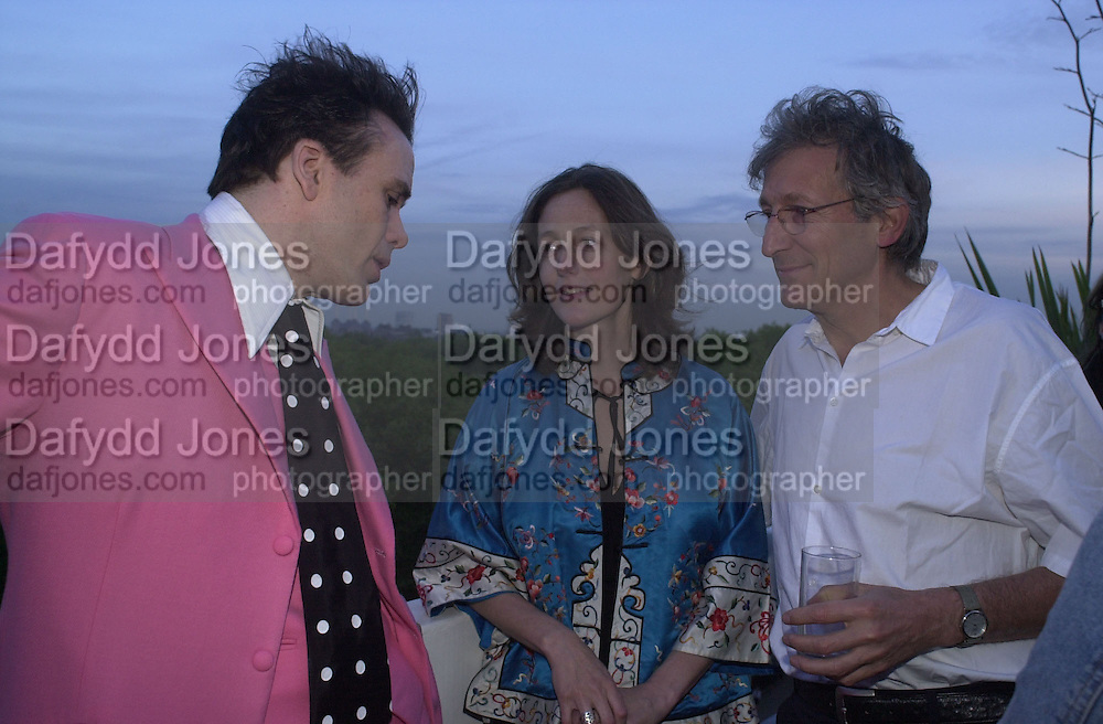 Sebastian Horsley, Victoria Hill and Tchaick Chassay. party for memoirs by Richard Strange, penthouse flat, Clarges St. 16 May 2002. © Copyright Photograph by Dafydd Jones 66 Stockwell Park Rd. London SW9 0DA Tel 020 7733 0108 www.dafjones.com