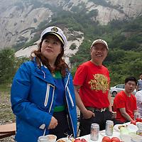 BEIJING, JUNE 24, 2013 : Ein Ehepaar wird von von Li Xiaohua zu Beginn des   Picknicks gelobt.   Li gruendete den Elite  Club vor einem Jahr . Mitglieder koennen nur per Einladung beitreten und muessen ein gewisses Einkommen nachweisen koennen.