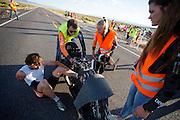 Jan Bos heeft een goede run tijdens de derde dag van de races. Het Human Power Team Delft en Amsterdam (HPT), dat bestaat uit studenten van de TU Delft en de VU Amsterdam, is in Amerika om te proberen het record snelfietsen te verbreken. In Battle Mountain (Nevada) wordt ieder jaar de World Human Powered Speed Challenge gehouden. Tijdens deze wedstrijd wordt geprobeerd zo hard mogelijk te fietsen op pure menskracht. Het huidige record staat sinds 2015 op naam van de Canadees Todd Reichert die 139,45 km/h reed. De deelnemers bestaan zowel uit teams van universiteiten als uit hobbyisten. Met de gestroomlijnde fietsen willen ze laten zien wat mogelijk is met menskracht. De speciale ligfietsen kunnen gezien worden als de Formule 1 van het fietsen. De kennis die wordt opgedaan wordt ook gebruikt om duurzaam vervoer verder te ontwikkelen.<br /> <br /> The Human Power Team Delft and Amsterdam, a team by students of the TU Delft and the VU Amsterdam, is in America to set a new world record speed cycling.In Battle Mountain (Nevada) each year the World Human Powered Speed Challenge is held. During this race they try to ride on pure manpower as hard as possible. Since 2015 the Canadian Todd Reichert is record holder with a speed of 136,45 km/h. The participants consist of both teams from universities and from hobbyists. With the sleek bikes they want to show what is possible with human power. The special recumbent bicycles can be seen as the Formula 1 of the bicycle. The knowledge gained is also used to develop sustainable transport.