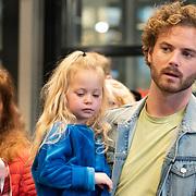 NLD/Amstelveen/20181109- Boekpresentatie Jim Bakkum 'Dadoe en zijn vriendjes' , Jim Bakkum met dochtertje Posy