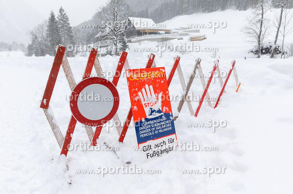 THEMENBILD - In der Steiermark sorgt heftiger Schneefall und Sturm für Behinderungen im öffentlichen Leben und im Straßenverkehr. Hier im Bild die Sperre der Obertalstraße aufgrund von Lawinengefahr, aufgenommen am Sonntag 6. Jänner 2019 im Obertal bei Schladming, Steiermark // In Styria heavy snowfall and storms create disabilities in public life and in traffic. Roadblock due to avalanche danger, pictured on Sunday 6. January 2019 in Obertal near Schladming, Steiermark. EXPA Pictures © 2019, PhotoCredit: EXPA/ Martin Huber