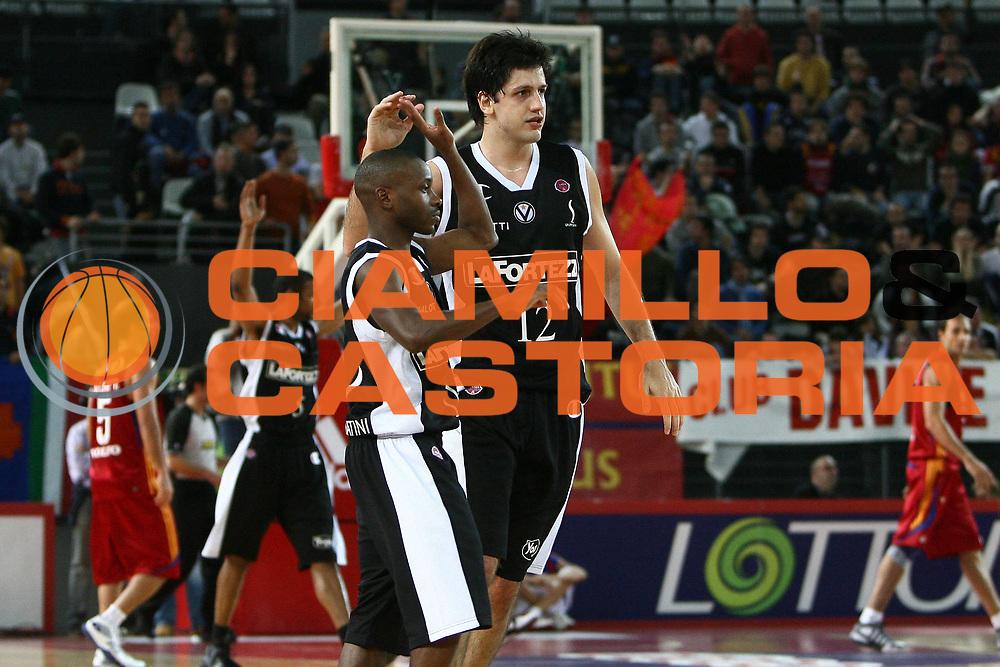 DESCRIZIONE : Roma Lega A1 2008-09 Lottomatica Virtus Roma La Fortezza Virtus Bologna<br /> GIOCATORE : Earl Boykins Guikherme Giovannoni<br /> SQUADRA : La Fortezza Virtus Bologna<br /> EVENTO : Campionato Lega A1 2008-2009 <br /> GARA : Lottomatica Virtus Roma La Fortezza Virtus Bologna<br /> DATA : 30/11/2008 <br /> CATEGORIA : esultanza<br /> SPORT : Pallacanestro <br /> AUTORE : Agenzia Ciamillo-Castoria/E.Castoria