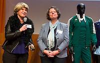 UTRECHT - Vrijwilliger van het jaar, Annemarie Coenen (rechts) van Hockeyclub Zevenbergen, ontving zaterdag uit handen van Madeleine Bakker het beeldje. Hockeycongres bij de Rabobank in Utrecht. FOTO KOEN SUYK