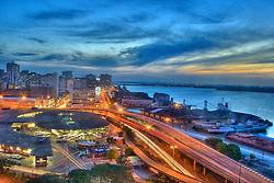 Porto Alegre &eacute; um munic&iacute;pio brasileiro e a capital do estado mais meridional do Brasil, o Rio Grande do Sul. Pertence &agrave; mesorregi&atilde;o metropolitana de Porto Alegre e &agrave; microrregi&atilde;o de Porto Alegre, e localiza-se junto ao Gua&iacute;ba, a 2027 quil&ocirc;metros de Bras&iacute;lia.<br /> A cidade constituiu-se a partir da chegada de casais portugueses a&ccedil;orianos, na primeira metade do s&eacute;culo XVIII. No s&eacute;culo XIX contou com o influxo de muitos imigrantes alem&atilde;es e italianos. Tamb&eacute;m recebeu imigrantes &aacute;rabes e poloneses. Em 2001, a cidade apresentou o melhor &iacute;ndice de desenvolvimento humano e o terceiro melhor &Iacute;ndice de Condi&ccedil;&otilde;es de Vida (ICV), entre doze capitais brasileiras.[5] &Eacute; tamb&eacute;m a capital da Regi&atilde;o Sul com a maior renda per capita. FOTO: Jefferson Bernardes/Preview.com
