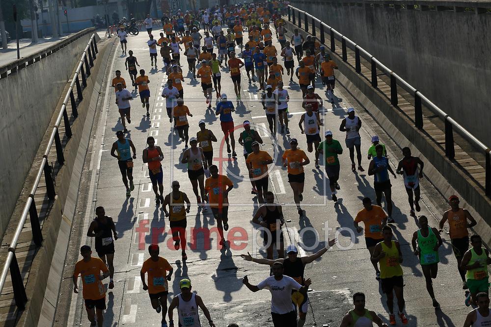 São Paulo, SP - 19/10/2014 - Competidores participam da Maratona Internacional de São Paulo na altura do Túnel Tribunal de Justiça durante a manhã deste domingo.  Foto: Nelson Antoine/Frame