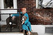 Bethelehm, Pennsylvania - Cindy, ritratta sulle scale davanti alla sua abitazione nella cittadina di Bethelehm in Pennsylvania.