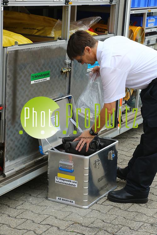 Mannheim. 26.08.17 | &Uuml;bung am AB MANV.<br /> K&auml;fertal. Feuerwache Nord. &Uuml;bung von Feuerwehr und ASB am Abrollbeh&auml;lter Massenanfall von Verletzten (AB-MANV).<br /> Die durch die Firma GIMAEX-Schmitz in Luckenwalde ausgebauten AB-MANV verf&uuml;gen &uuml;ber eine umfangreiche technische und medizinische Beladung, die den Aufbau und den Betrieb eines Behandlungsplatzes f&uuml;r insgesamt bis zu f&uuml;nfzig Patienten erm&ouml;glicht.<br /> Als &Uuml;bungsszenario wird eine explosion in einem Kaufhaus dargestellt.<br /> <br /> <br /> <br /> BILD- ID 2303 |<br /> Bild: Markus Prosswitz 26AUG17 / masterpress (Bild ist honorarpflichtig - No Model Release!)