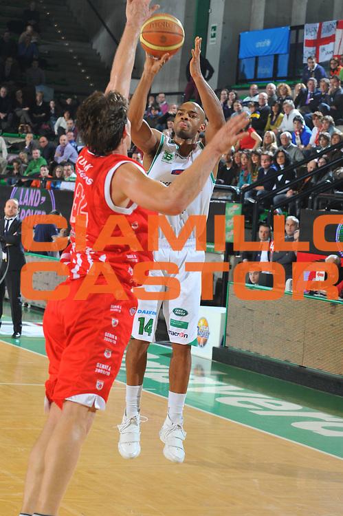 DESCRIZIONE : Treviso Lega A 2009-10 Basket Benetton Treviso Banca Tercas Teramo<br /> GIOCATORE : Gary Neal<br /> SQUADRA : Benetton Treviso<br /> EVENTO : Campionato Lega A 2009-2010<br /> GARA : Benetton Treviso Banca Tercas Teramo<br /> DATA : 17/01/2010<br /> CATEGORIA : Tiro Three Points<br /> SPORT : Pallacanestro<br /> AUTORE : Agenzia Ciamillo-Castoria/M.Gregolin<br /> Galleria : Lega Basket A 2009-2010 <br /> Fotonotizia : Treviso Campionato Italiano Lega A 2009-2010 Benetton Treviso Banca Tercas Teramo<br /> Predefinita :