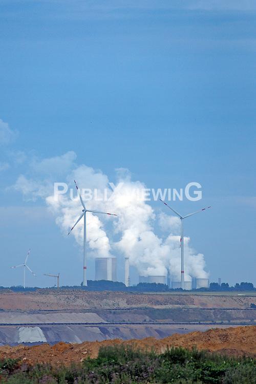 Vereinzelte Windr&auml;der vor einem Kohlekraftwerk in Nordrhein-Westfalen.<br /> <br /> Ort: Garzweiler<br /> Copyright: Andreas Conradt<br /> Quelle: PubliXviewinG
