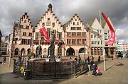 Duitsland, Frankfurt, 10-3-2008..Het oude stadshart, de Roemerberg, Römerberg...Toeristen maken hun foto's van deze na de 2e wereldoorlog herbouwde historische panden...Foto: Flip Franssen/Hollandse Hoogte