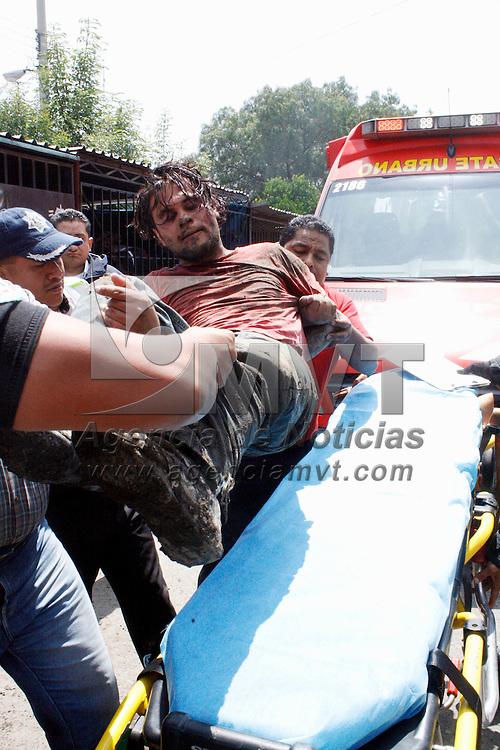 Ecatepec, Mexico.- Un hombre fue detenido y golpeado por una turba de vecinos de la colonia Unidad Habitacional Foviste, quienes lo acusaron de tratar de violar a una nina, policias municipales lo rescataron de ser linchado y posteriormente lo entregaron a paramedicos que le trasladaron al hospital de las Americas. Agencia MVT / Juan Garcia.