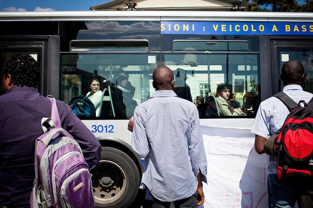 Manifestazione migranti per la residenza presso l'anagrafe. Gli sguardi di alcuni passeggeri su un autobus. Torino, 24-04-'13.