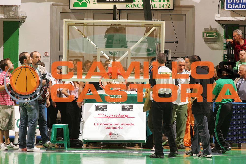 DESCRIZIONE : Siena Lega A1 2006-07 Playoff Finale Gara 3 Montepaschi Siena VidiVici Virtus Bologna <br /> GIOCATORE : Canestro Rotto <br /> SQUADRA : Montepaschi Siena <br /> EVENTO : Campionato Lega A1 2006-2007 Playoff Finale Gara 3 <br /> GARA : Montepaschi Siena VidiVici Virtus Bologna <br /> DATA : 17/06/2007 <br /> CATEGORIA : <br /> SPORT : Pallacanestro <br /> AUTORE : Agenzia Ciamillo-Castoria/P.Lazzeroni
