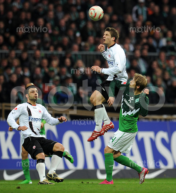 FUSSBALL   1. BUNDESLIGA   SAISON 2010/2010   12. SPIELTAG SV Werder Bremen - Eintracht Frankfurt                13.11.2010 Aaron HUNT (re, Bremen) gege die Frankfurter Georgios TZAVELLAS (li) und Primin SCHWEGLER (Mitte, beide Frankfurt)