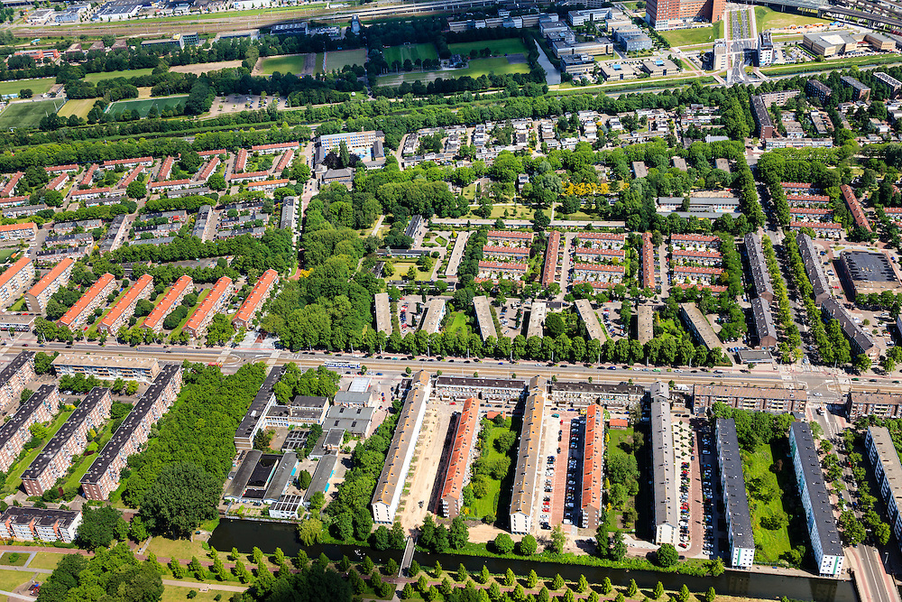 Nederland, Noord-Holland, Amsterdam, 14-06-2012; hart van Slotervaart met vlnr Burgemeester De Vlugtlaan, rechts Burgemeester Fockstraat. Schotelcity...De wijk is onderdeel van de Westelijke Tuinsteden, gerealiseerd op basis van het Algemeen Uitbreidingsplan voor Amsterdam (AUP, 1935). Voorbeeld van het Nieuwe Bouwen, open bebouwing in stroken, langwerpige bouwblokken afgewisseld met groenstroken. .The residential district Slotervaart, one of the western garden cities of Amsterdam-west..  Constructed on the basis of the General Extension Plan for Amsterdam (AUP, 1935). Example of the New Building (het Nieuwe Bouwen), detached in strips, oblong housing blocks alternated with green areas, built in fifties and sixties of the 20th century..luchtfoto (toeslag), aerial photo (additional fee required).foto/photo Siebe Swart