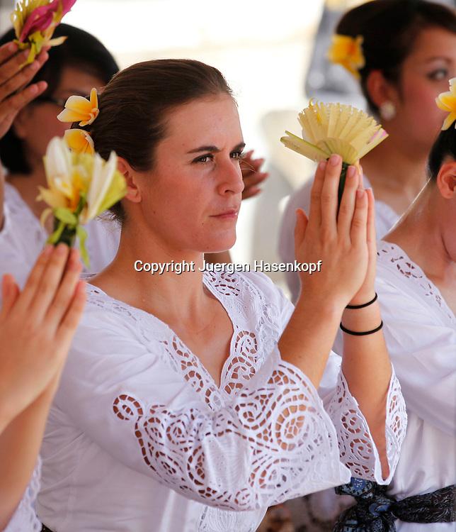 Commonwealth Bank Tournament of Champions  2011, WTA Tour, Damen Hallen Tennis Turnier in Bali ,Indonesien, .Hindu Tempel Zeremonie mit der Spielerin Anabel Medina Garrigues (ESP),.sitzend,privat,traditionelle Kleidung,