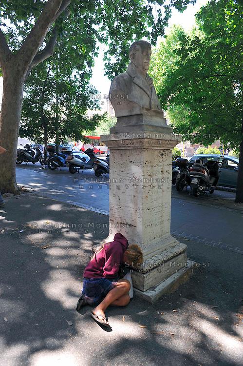 Roma 12 Giugno 2009.Piazza Esquilino.Senza fissa dimora dorme per la strada.Homeless sleeping on the street.