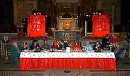 Roma  25 Dicembre 2005.Pranzo di Natale per i poveri offerto dalla Comunita' di Sant'Egidio, nella Chiesa di Santa Maria in Trastevere..Rome December 25, 2005.Christmas lunch for the poor offered by the Community 'of Sant'Egidio, in the Church of Santa Maria in Trastevere