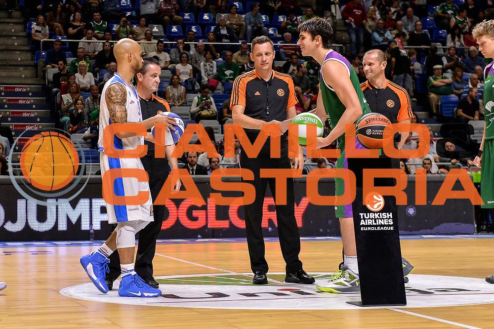 DESCRIZIONE : Eurolega Euroleague 2015/16 Group D Unicaja Malaga - Dinamo Banco di Sardegna Sassari<br /> GIOCATORE : David Logan Carlos Suarez<br /> CATEGORIA : Fair Play Before Pregame<br /> EVENTO : Eurolega Euroleague 2015/2016<br /> GARA : Unicaja Malaga - Dinamo Banco di Sardegna Sassari<br /> DATA : 06/11/2015<br /> SPORT : Pallacanestro <br /> AUTORE : Agenzia Ciamillo-Castoria/L.Canu