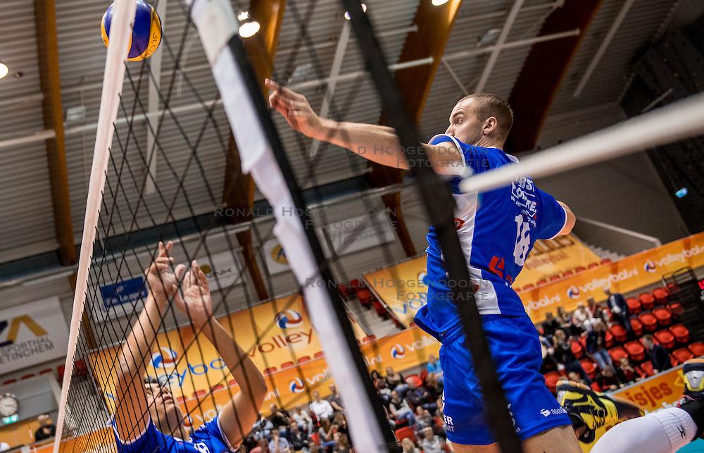 02-10-2016 NED: Supercup Abiant Lycurgus - Coniche Topvolleybal Zwolle, Doetinchem<br /> Lycurgus wint de Supercup door Zwolle met 3-0 te verslaan / Dennis Borst #18 of Lycurgus