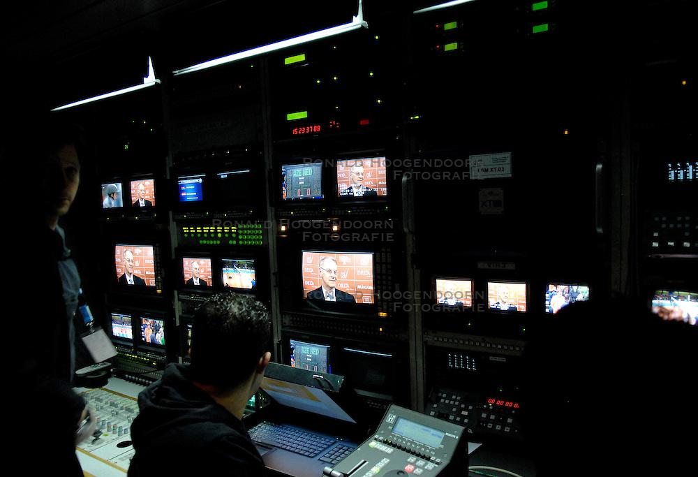 11-11-2007 VOLLEYBAL: PRE OKT: NEDERLAND - AZERBEIDZJAN: EINDHOVEN<br /> Nederland wint ook de de laatste wedstrijd. Azerbeidzjan verloor met 3-1 / TV wagen, mix media pers NOB<br /> &copy;2007-WWW.FOTOHOOGENDOORN.NL