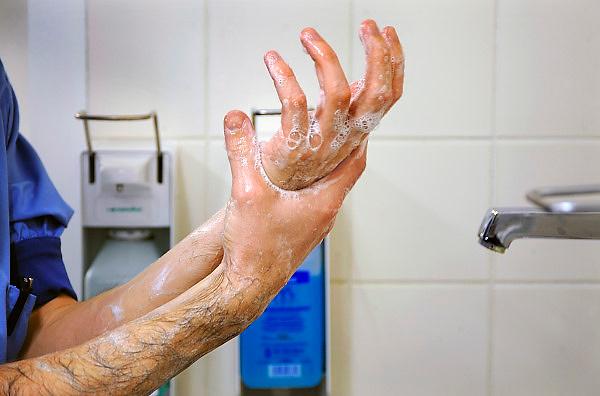 Nederland, Nijmegen, 26-2-2009Een medewerker van de operatiekamer wast zijn handen voor een operatie. Foto: Flip Franssen