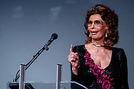 VLISSINGEN - Actrice Sophia Loren ontvangt uit handen van minister Ingrid van Engelshoven (OCW) de Grand Acting Award van Film by the Sea. ANP KIPPA ROBIN UTRECHT