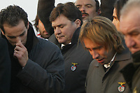 GYOER/HUNGRIA-27 JANEIRO: Benfica's players, PETIT, SOKOTA and coach JOSÉ A. CAMACHO (center) watch the coffin of striker MIKLOS FEHER being buried during his funeral in Hungarian city of Gyor. Miklos Feher died at Guimaraes stadium during a Portuguese league match. Emergency medical personnel tried to revive him and he was taken by ambulance to a hospital where he died on Sunday evening.<br />